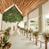 高い天井には天窓が設けられ、明るい陽光が新郎新婦の姿をより美しく演出します