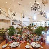 『リストランテ・セシル・ローザ』まるでプロヴァンスのリゾートを訪れたような光が降り注ぐ空間 明るい雰囲気で白を基調とした会場なので自分色にコーディネート!ガーデンもございますので、ガーデン入場をすることも可能!階段入場もできます♪
