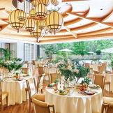 木目と淡い色を使ったやさしい雰囲気のパーティ会場はリゾート感からラグジュアリースタイルまでさまざまなコーディネートが映える空間