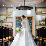 緑が美しいティファニー製ステンドグラスと純白のウエディングドレスの相性がバツグン♪