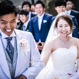挙式後のガーデンでのフラワーシャワーセレモニーは、ゲストと幸せな時間を共有できて集合写真も撮影可能