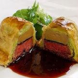 ウエディングでも人気のスペシャリテ。「特選牛フィレ肉とフォアグラ・トリュフのパイ包み」