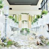 一面ガラス窓の大開口から差し込む自然光に満ちたチャペルスペース。まるで式場のような挙式スペースをご提供。
