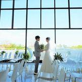 セレモニーの舞台となるのは 天井高6mまで広がる一面ガラス窓から自然光が降り注ぐ明るいチャペル空間。