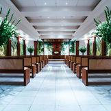 豊かな緑につつまれるバージンロードは約15m。ウエディングドレスを華やかに魅せ、写真映えするチャペルとして人気