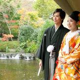 縁側から日本庭園を臨むお二人