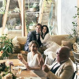 おふたりが座る高砂をソファにすれば、リラックス&コジーな雰囲気に