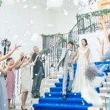 皆様から祝福されるフラワーシャワー。笑顔で迎えられおふたりも自然と笑顔に♪