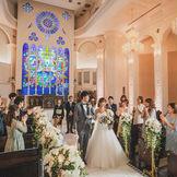 天井高20m、バージンロードの長さ15mの圧倒的な解放感。美しく輝く青のステンドグラスが印象的な大聖堂です。 両親やゲストの視線を間近に感じながら永遠の愛を誓おう。 教会内にはブライズルームをはじめ親族控室、着替室、写真スタジオも完備。