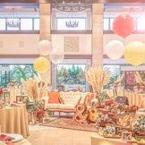 披露宴会場《エトワール》色鮮やかな装花が似合う上質なモダン空間。