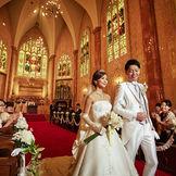 【荘厳な雰囲気から光降り注ぐ】挙式後は緊張感から開放され充実感でいっぱい