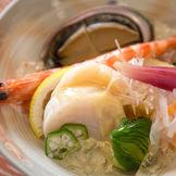 上賀茂で採れた京野菜や鮮度にこだわった魚を用いて、素材が持つ味わいを活かした京料理をご用意。「美味割鮮」をテーマにした京料理でおもてなし。