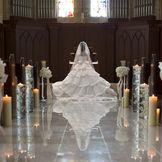 バージンロードに移りこむ花嫁の姿がより一層幻想的な空間に。 永遠の愛を誓うにふさわしい場所です。