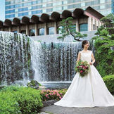 約6mの大滝、赤い太鼓橋、豊かな緑に包まれた1万坪の日本庭園を有するホテルニューオータニ。前撮りでも大人気のスポット。メインバンケット「鳳凰」なら、この絶景をパノラマで満喫できる。