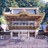 陽明門は別名「日暮の門」圧巻の美しさ。 挙式後は、祈祷殿からバックに写真撮影が叶う。