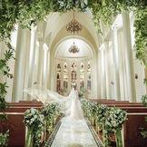 1800年代のステンドグラスを使用した本格独立型大聖堂。 天井からは自然光が入り、ウエディングドレスを着た花嫁様を美しく輝かせます。