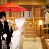 日本古来の式典にふさわしい神殿は格調高い慶びの間でもあります。 厳粛な挙式が格調高く進行していきます。
