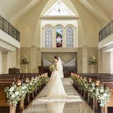 パイプオルガンの清らかな音色と聖歌隊の歌声が、誓いの瞬間を美しく彩ってくれる