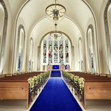 首都圏最大の独立型大聖堂。「永遠」を意味するロイヤルブルーのバージンロードはウエディングドレスが、より一層美しく映える。100年以上の歴史を受け継ぐアンティークステンドグラスの柔らかな光がおふたりを包み込みます。