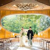 前面の大きな窓から四季折々の景色を臨む、ホテル椿山荘東京らしい神殿。