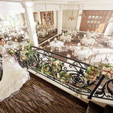 披露宴会場内には階段付き。憧れの階段入場がドラマティックに叶う。
