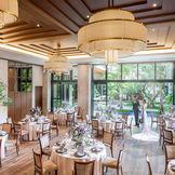 天井高4.5mの開放感ある披露宴会場 一面が貸切ガーデンへと一続きでどの場所からでも自然を感じることができる
