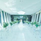 全面ガラス張りのチャペルは自然光がたっぷりと入り明るく神秘的な空間