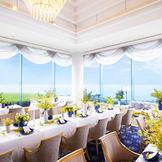 レストラン ル・ボ・リバージュは着席最大42まで収容。2面ガラス張りで海と行き交う船を眺めながらの会食がお薦め。