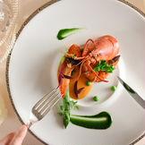 季節の厳選食材を使用したこだわりの婚礼料理は、ゲストへのおもてなしのひとつ。五感で楽しめる料理の数々を考案。洋食・和食・パティシエそれぞれにプロフェッショナルが在籍します