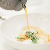 ミシュラン一つ星のお料理を結婚式で。スペシャリテのブイヤベースは、ゲストの目の前の仕上げる最高の1品。香りや温度といったお料理には欠かせないポイントを目の前で体験。シェフと直接相談してメニューを決めたり、地元の食材を取り入れたりもOK!