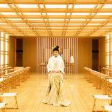 神殿に一歩足を踏み入れると、その先にひろがるのは日本古来の白木が繊細に配されたまばゆい空間。