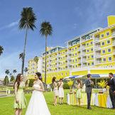 和歌山市内唯一のリゾートホテル。ホテル前のガーデンでゲストと語らうウェルカムパーティも人気!