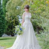 繊細なビーディングとスリーブで上品かつクラシカルな印象に。バックスタイルまで美しく、大人花嫁様にオススメの1着です。