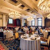 クラシカルとモダンが融合したパーティ会場。大きなシャンデリアが豪華で上品な空間を演出します