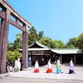 一歩ずつ歩みを進める花嫁行列。