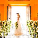 純白のドレスが映える温かみを感じるチャペルで