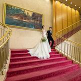 ホテル1階ロビーの大階段で、あこがれのウエディングシーンをスナップ写真で残そう。