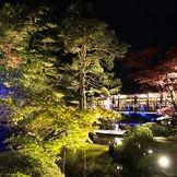 庭園に一歩出るとそこにはガーデンテラス。昼はもちろん、夜の日本庭園も幻想的です