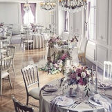 白い壁面を飾る装飾やアンティークシャンデリアがクラシカルな雰囲気を引き立たせるパーティ会場「カメリア」