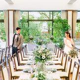 大きな窓から降り注ぐ 光と緑あふれる豊かな自然を感じながら、 オープンキッチンから運び出される 出来立て料理と会話を楽しむ和やかな時間。