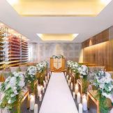 純白のドレスが映える館内セレモニースペースでは、アットホームな挙式を実現。