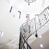 らせん階段は窓から自然光も入るのでため息が出るほど美しいワンシーンに…