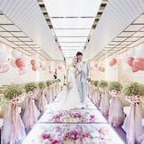 【クリスタルチャペル】色鮮やかな花々とガラスのフラワーバージンロードが魅力