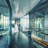 チャペルまで続く幻想的なガラスの空中回廊。他にはない入場シーンを叶えて
