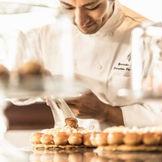 数々の世界的賞を受賞したパティシエ青木裕介によるデザートやウエディングケーキを堪能いただけます。