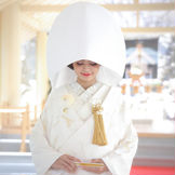 ご祭神の大国主大神(おおくにぬしのおおかみ)が祀られている白木造りの挙式会場「八重垣之杜(やえがきのもり)」。豊富な水や緑に囲まれ、自然光が差し込む爽やかな空間で、神聖なる儀式が執り行われます。