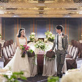 シャンデリアの繊細な光が美しく輝きます。ホテルならではの落ち着いた空間で、ゲストとの時間を楽しんで