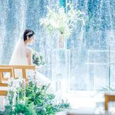 自然光と水の煌めきに包まれて花嫁姿も一層美しく