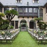 チューダー様式の洋館と緑のコントラストが美しい ガーデンウェディングを