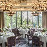 緑と自然光がたっぷり入るお部屋でアットホームなウエディングを。 クラウンルーム(最大42名)